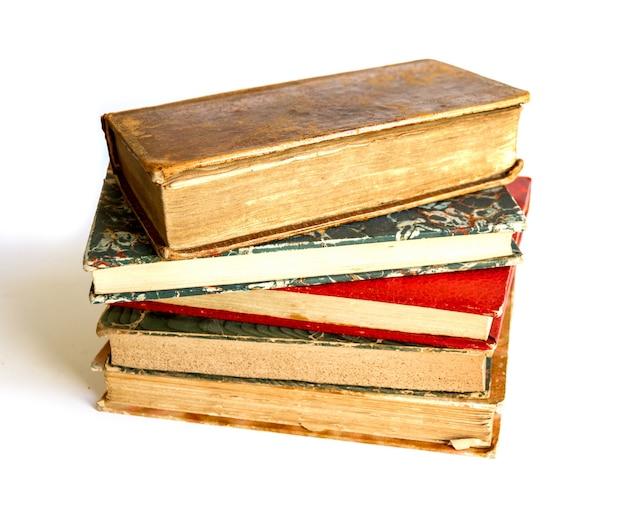 Стек старых книг, изолированные на белом фоне