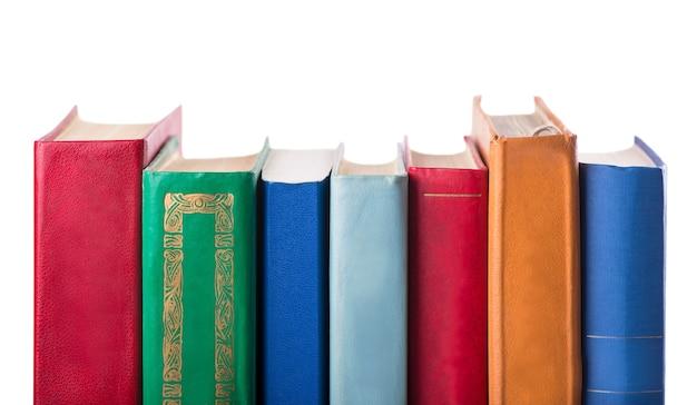 오래 된 책 흰색 절연 스택.