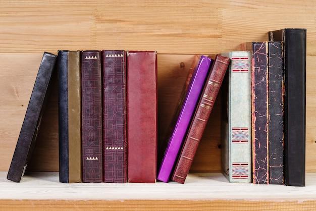 木製の棚に古い本のスタック
