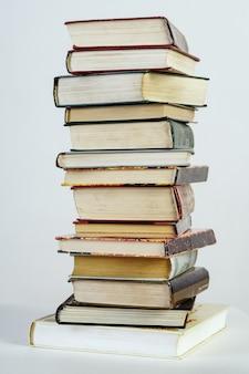 白い背景の上の古い本のスタック