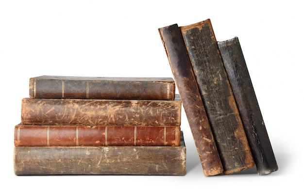 Стек старых книг с пятнами и царапинами, изолированными на белом