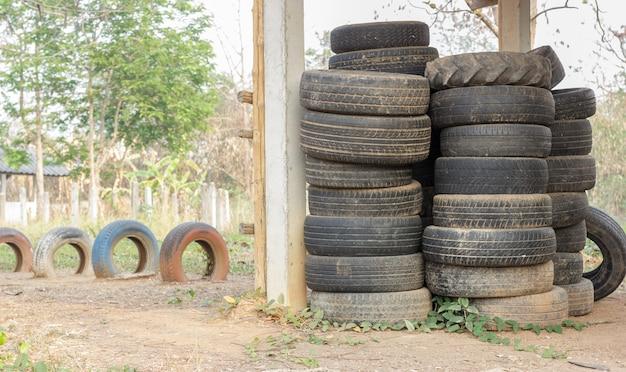 Стек старых автомобильных шин для переработки резины.