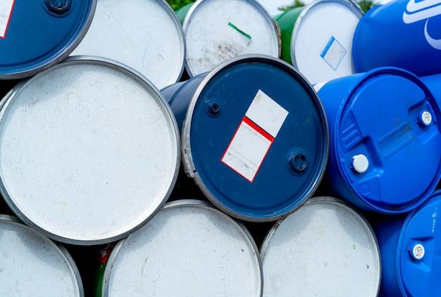 Стек старых химических бочек. голубой масляный барабан. масляный бак из стали и пластика. склад токсичных отходов.