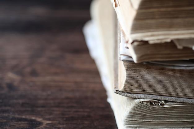 나무 갈색 테이블에 오래 된 레트로 책의 스택