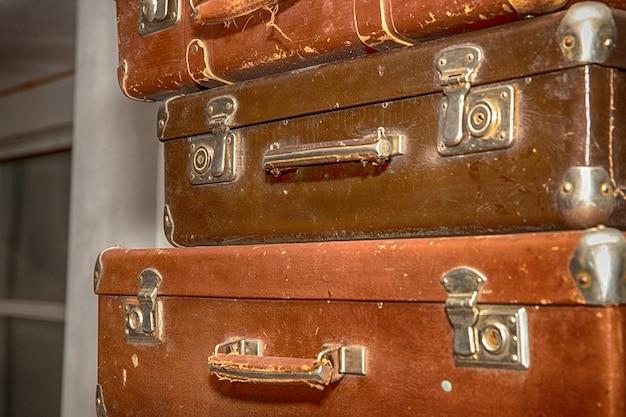 오래 된 레트로 가방의 스택을 닫습니다.