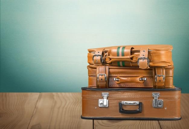 古いスーツケースのスタック。旅行のコンセプト
