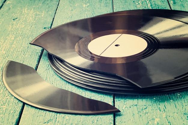 古いビニールレコードのスタック1つのレコードが壊れています