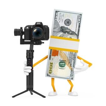 흰색 배경에 dslr 또는 비디오 카메라 짐벌 안정화 삼각대 시스템이 있는 100달러 지폐 사람 캐릭터 마스코트 스택. 3d 렌더링