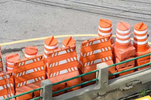 도시 거리에 교통 폐쇄를위한 주황색 콘의 스택