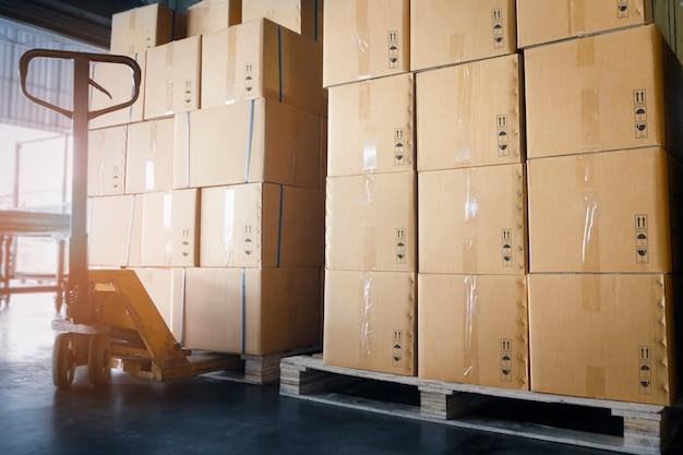 保管倉庫のパレット上のパッケージボックスのスタック