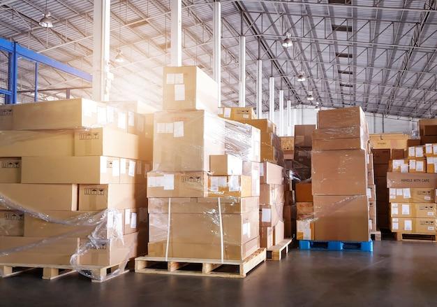 保管倉庫出荷ボックス倉庫ロジスティクスのパレット上のパッケージボックスのスタック