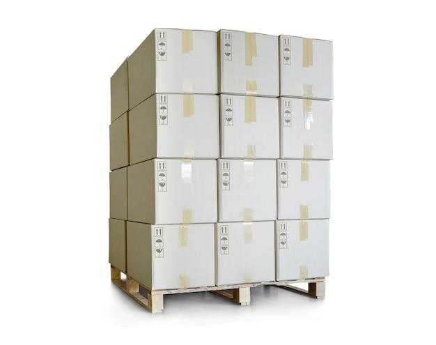 Стек упаковочных коробок на поддонах на белом фоне отгрузочные коробки, коммерция, логистика