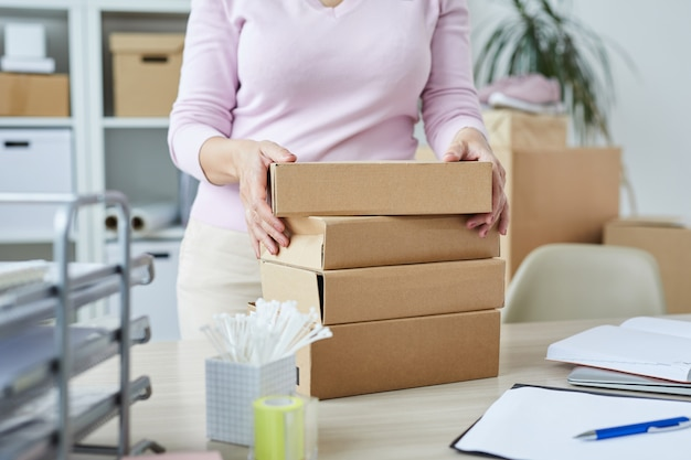 オンラインショップのクライアントの注文が入った梱包箱のスタック
