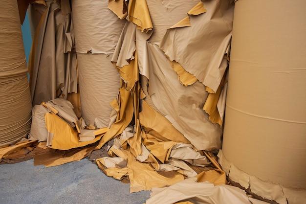 リサイクル工場で細断する前の紙くずのスタック