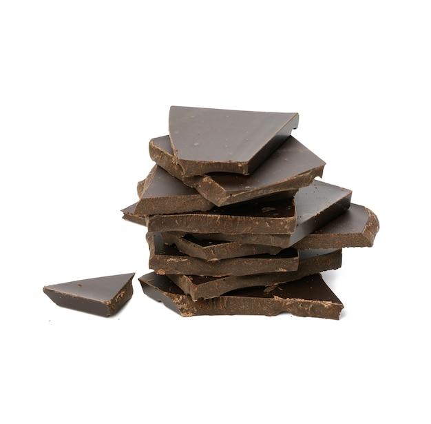 흰색 배경, 맛있는 디저트와 요리 재료에 고립 된 블랙 초콜릿 조각의 스택