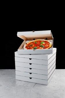 Стек концепции доставки коробки пиццы. пицца внутри коробки