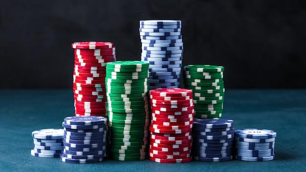 파란색 테이블에 포커 칩 스택