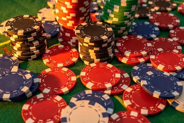 카지노 테이블에 포커 칩 스택입니다. 도박