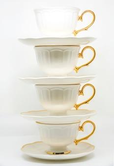 白い背景に磁器ティーカップのスタック