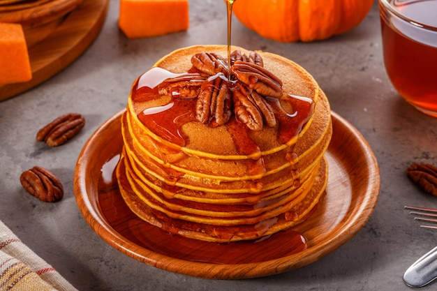 ピーカンナッツとメープルシロップのパンプキンパンケーキのスタック