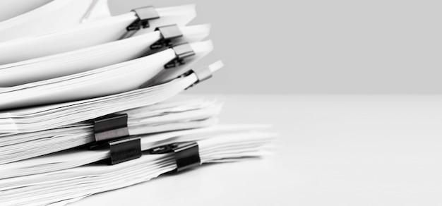 Стек бумажных документов отчета для рабочего стола. концепция бизнес-офисов, мягкий фокус.