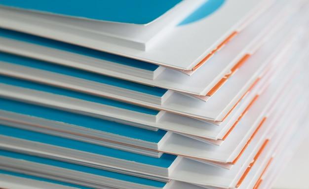 ビジネスデスクのためのレポート用紙文書のスタック、年次報告書ファイルのビジネスペーパー