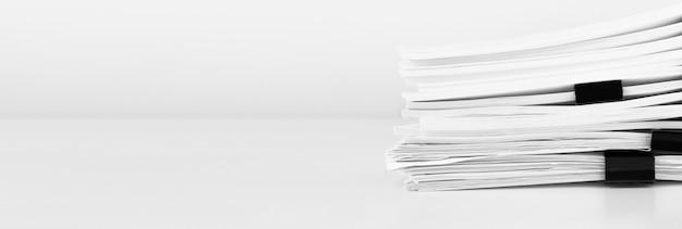 ビジネスデスク用のレポートペーパードキュメント、年次レポートファイル用のビジネスペーパーのスタック。ビジネスと財務の概念。
