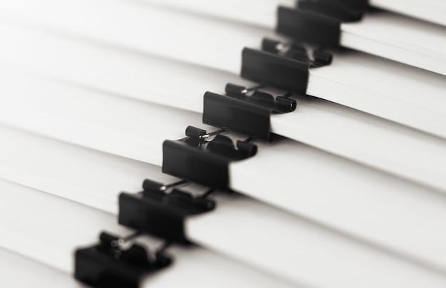 ビジネスデスク用のレポートペーパードキュメント、年次レポートファイル用のビジネスペーパーのスタック。ビジネスコンセプト。