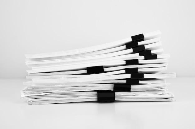 ビジネスデスク用のレポートペーパードキュメントのスタック、年次レポートファイル用のビジネスペーパー。営業所のコンセプト。
