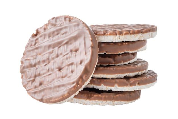 白で隔離チョコレートとライスクリスプブレッドのスタック