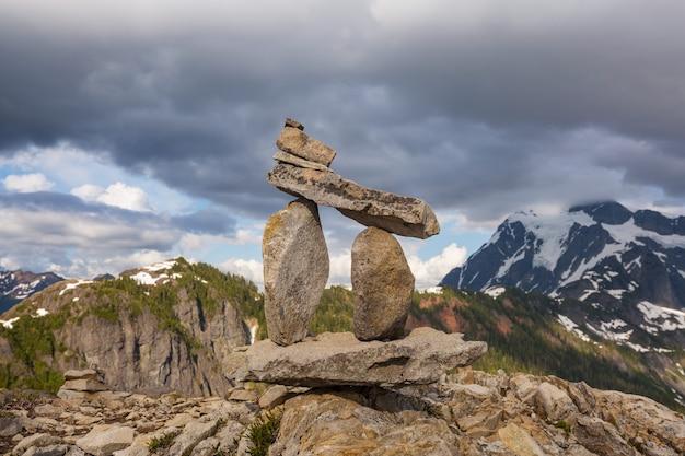 Стопка камней, называемая пирамидой из камней в высоких горах