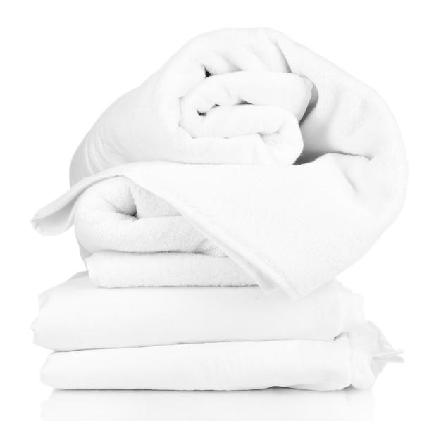 白で隔離しわくちゃの寝具シーツのスタック