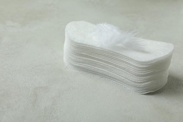흰색 질감 배경에 위생 패드의 스택