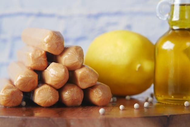 테이블에 소시지 레몬과 기름의 스택