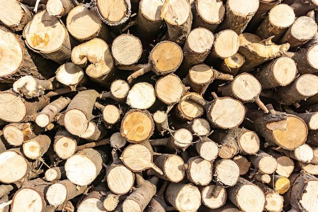 Стек распиленных бревен. естественный деревянный фон декора.
