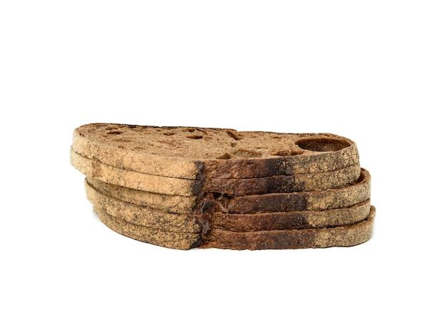 Стек нарезанного хлеба из ржаной муки, изолированные на белом фоне, крупным планом