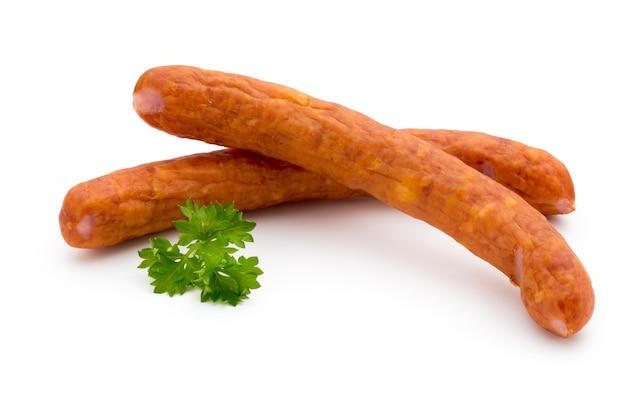 Стек копченых колбас, изолированных на белой поверхности.