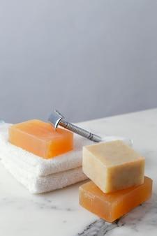机の上の石鹸のスタック