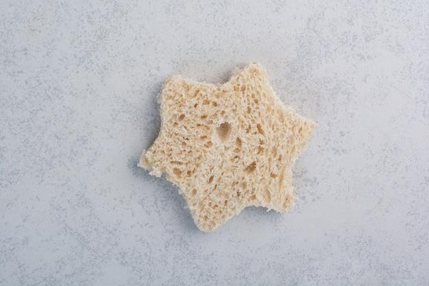 Стек ломтик хлеба в форме звезды на каменной поверхности