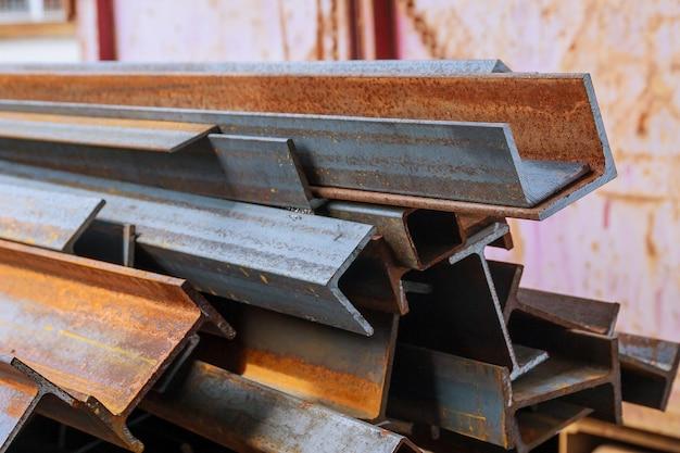 강철 및 녹슨 레일 프로필의 스택. 레일 횡단면. 폐기물 생산.