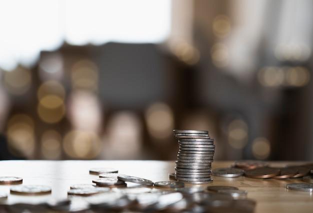 木製のテーブルにスターリングポンド硬貨のスタック
