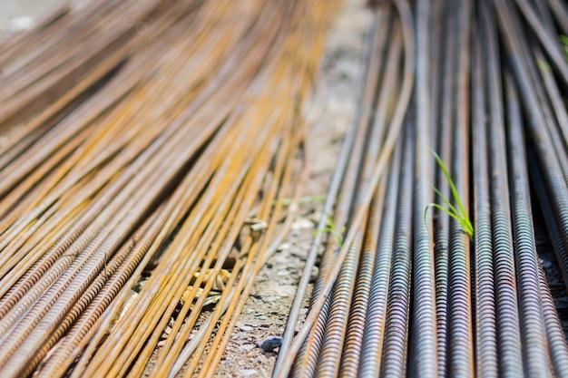 Стек из старой ржавой высокопрочной деформированной арматурной стали