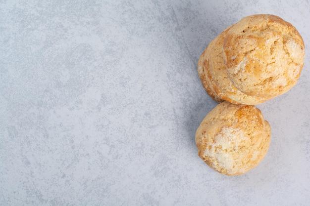 灰色の背景に甘いクッキーのスタック。高品質の写真