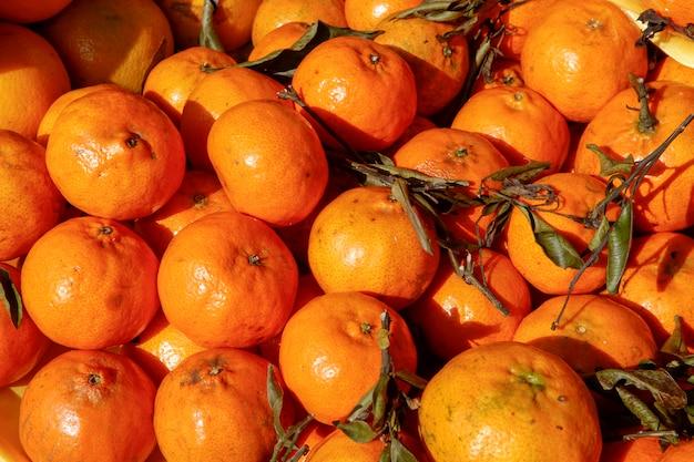 Стопку мандаринов выставили в уличном рыночном прилавке