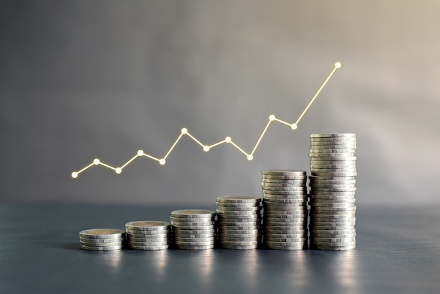 利益グラフ、成長、成功と黒い木製のテーブルにタイのコインのスタック。ビジネス、金融、マーケティング、eコマースのコンセプトとデザイン