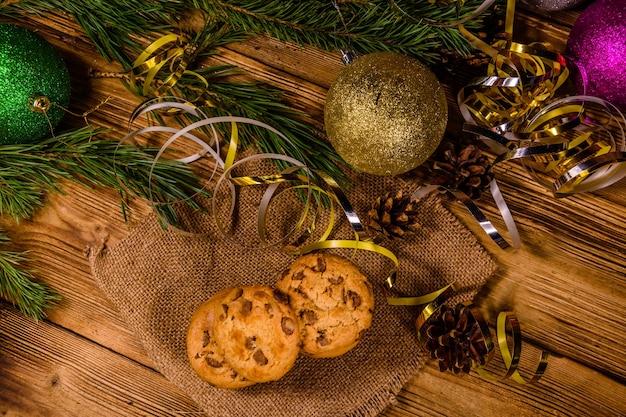 クリスマスの飾りの前の荒布にチョコレートチップクッキーのスタック