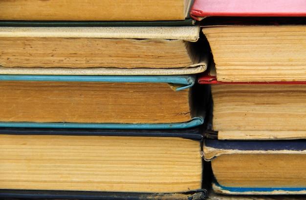Стек старых книг. книжный фон