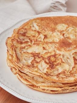 薄いパンケーキクレープのスタック。クローズアップビュー、セレクティブフォーカス。伝統的なアストゥリアス料理。