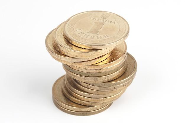 白い背景の上のウクライナのコインのスタック。国の財政成長と福祉