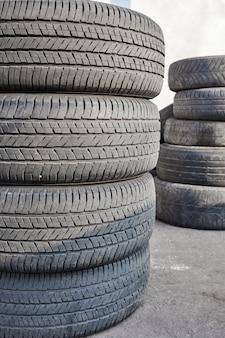 Стек изношенных автомобильных шин после замены колес
